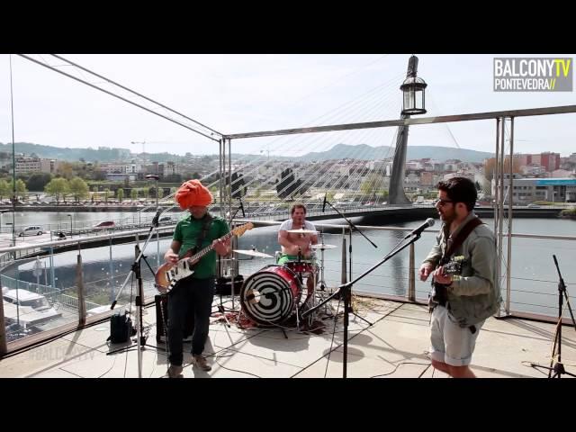 """Vídeo de Travesti Afgano interpretando su canción """"Era Nuclear"""" en Balcony TV."""