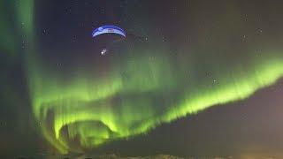 Schitterend: paraglider vliegt onder noorderlicht