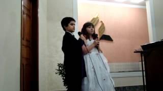 Pedro Henrique e Giovanna cantando o Pai Nosso