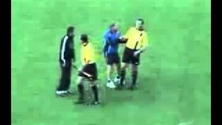 Juiz apita jogo de futebol completamente bêbado