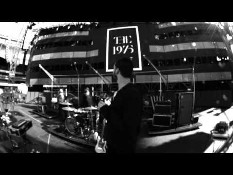 the-1975-headcarsbending-tour-film-the-1975