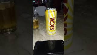 Lata de cerveja se movimentando encima da mesa no restaurante 153 em MG