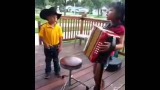 niños cantando rancheras