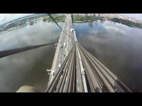 Escalade un pont en Ukraine