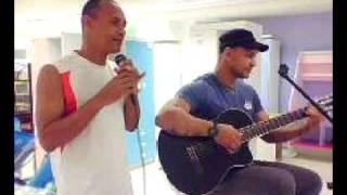 João Duarte, cantando na loja Bemol. 1