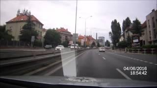 PČR: Policistům vjel při honičce v Praze do cesty nepozorný řidič