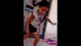 Menina de 6 anos dançando MC Gui