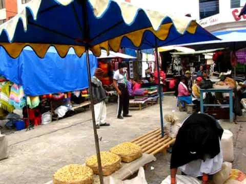 Bernhard auf dem Markt von Otavalo, Ecuador