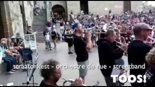 straatorkest - orchestre de rue - streetband TOOS (in 2 minuten)