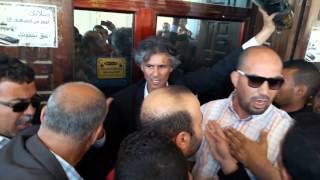 Chakib Khelil : Rachid Nekkaz retire ses chaussures devant la mosquée d'Ain Merane