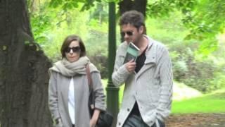 Kuba Wojewódzki spaceruje po parku z Agatą Kuleszą. Nie wygląda na zadowolonego...