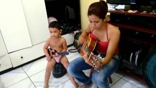 Tia e sobrinho cantando e tocando