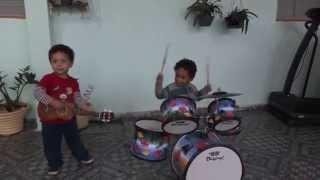 Lucas (bateria)1 Ano e 10 Meses, Vitor(Ukulele)2 Anos e 3 meses Tocam Nosso Deus (Marcus Salles)