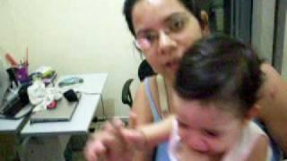 AMANDA CHORANDO NO COLO DA MAMÃE
