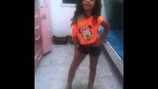 menina de 6 anos dançando Anitta