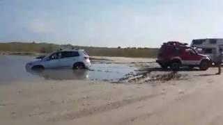 Împotmolit cu mașina spre plaja Vadu