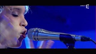 Izzy Bizu, en Live avec « White Tiger » - C à vous - 07/09/2016