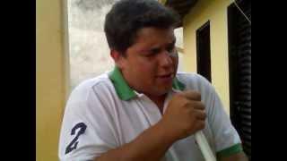 Neto Guerra cantando 'A solidão é uma ressaca de Bruno e Marrone