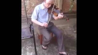 Vô tocando hino no violino