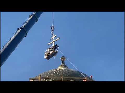 Установка креста на Спасо-Преображенский храм.