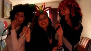 canturreando al compás de un karaoke