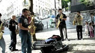 Saxophonistes dans le carré Abesses.