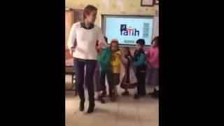 Öğretmenin Öğrencileri ile Neşeli Penguen dansı-Şanlıurfa / Viranşehir-SANLIURFA63TV