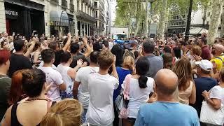 Aplausos a la Policía en la Rambla de Barcelona