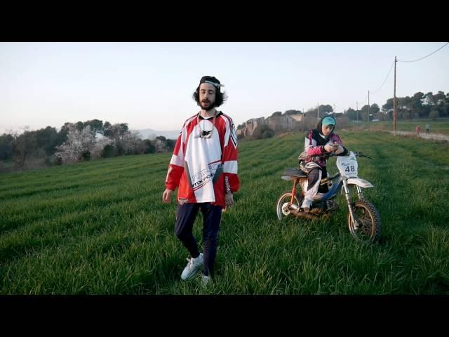 """Vídeo oficial de la canción """"Metrakit"""" de Kinder Malo."""