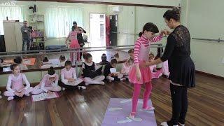 Professora de balé muda aula de dança para ensinar menina cega