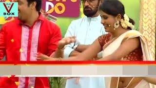Alina Padikkal Hot Deep Navel in Saree Side View width=