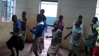 Mama Tunza kids performing Africa dance