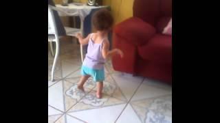 Menina de um ano e três messes dançando funk...