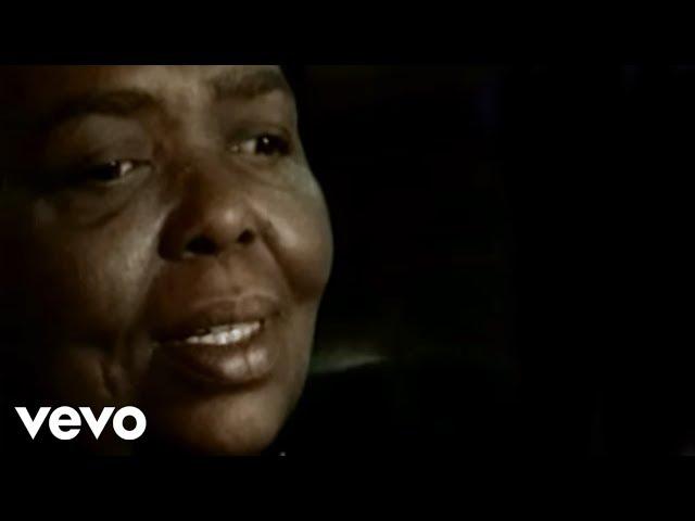 Videoclip oficial de la canción Petit Pays de Cesária Évora