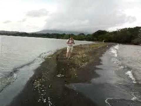På en udde av aska och sand i Nicaragua-sjön.