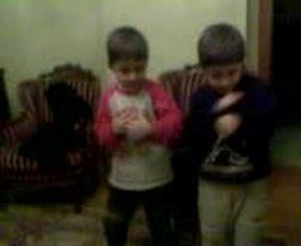 minik ikizlerin müthiş komik GAFFUR dans şovu:)