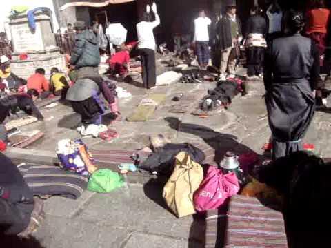 03 Prof. Juan Lázara filma el Barkhor de Lhasa.MPG