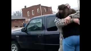 Soldado regresa a casa y sorprende a su madre
