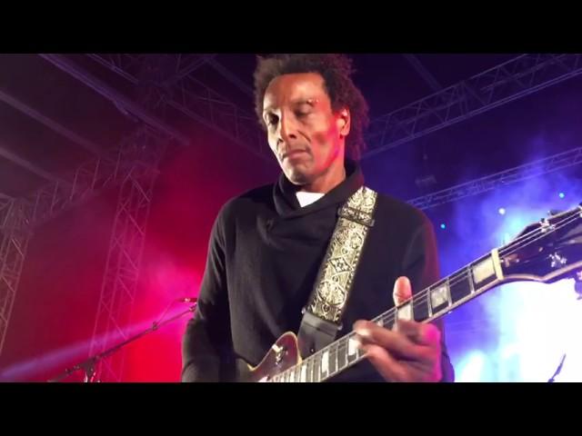 Video de un solo de guitarra de Al Anderson durante un concierto de The Wailers.