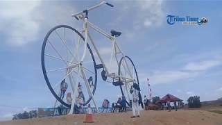 Wisatawan Padati Sepeda Raksasa di Taman Wisata Puncak Bila Sidrap