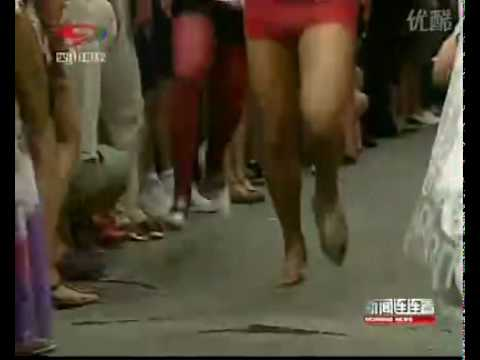 just for fun—man race with high-heel shoes 西班牙男子穿高跟鞋赛跑 .flv