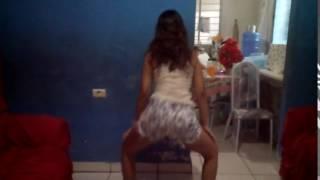 Minina dançando