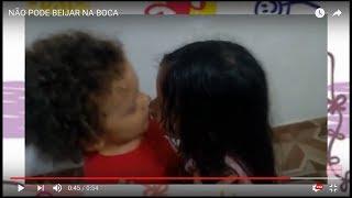 Crianças se beijando