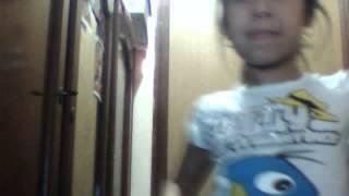 niña de diez años bailando titerito