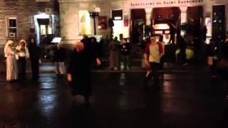 Un prêtre qui dance à Montréal.