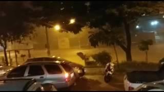 Enxurrada na Avenida Vilarinho deixa pedestres ilhados