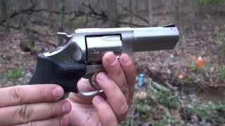 Ruger SP 101 Revolver, Vista de Cerca. Revolver con el Laser Crimson Trace, en Español