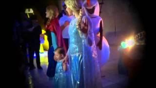 Anna e Elsa com a Deixa Brilhar Antes da Coroação