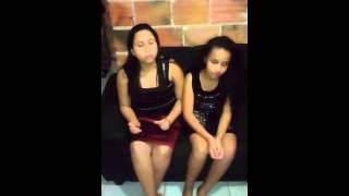Mae e filha cantando...
