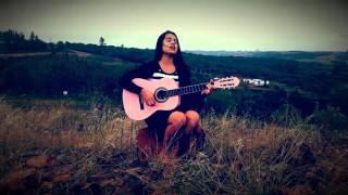 Indianara Salles cantando louvor em espanhol